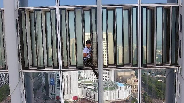 French Spiderman arrested for unfinished stunt to scale S. Koreas tallest skyscraper