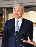 .Prosecutors summon Hanjin group chairman for questioning.