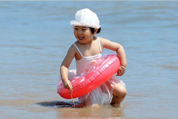[중국포토] 뜨거운 여름, 칭다오 해변에서 더위 날려요~