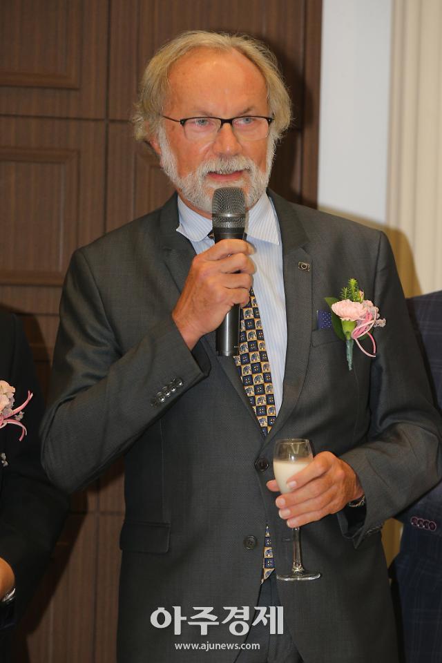[포토] 건배사 하는 미하엘 라이터러 EU 대표부 대사 (한국외국어신문협회 창립 3주년 기념식)