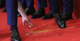 .[AJU VIDEO] 关于韩国足球队被扔鸡蛋 路人这么说.