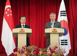 .文在寅同新加坡总理李显龙举行会谈.