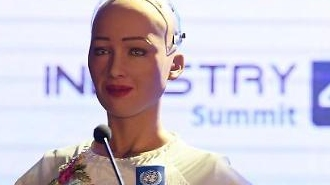 Robot Sophia phát biểu tại Việt Nam
