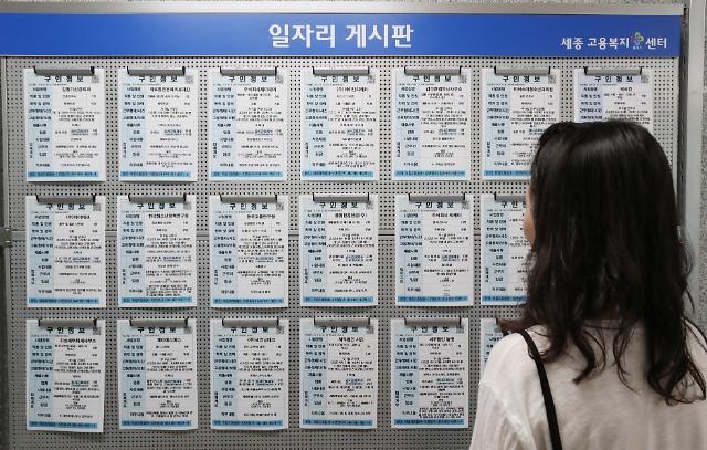 최악의 고용쇼크 맞은 한국경제...실업자 100만시대 속 장기실업자 18년만 최대