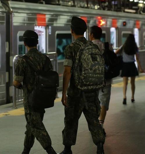 韩军拟扩大试点放宽士兵外出限制