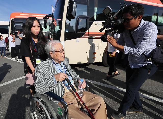 韩朝离散家属今起团聚 首批韩方探亲团赴朝