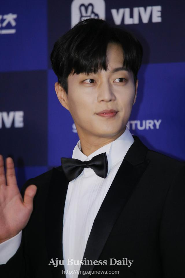 Boy band Highlights Yoon Doo-joon issues message before enlistment