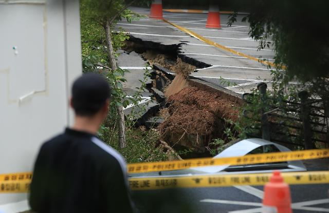 Big sinkhole forces evacuation of apartment residents in Seoul