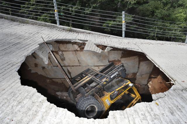 [AJU VIDEO] 雨后路面现大洞 路过车辆要小心