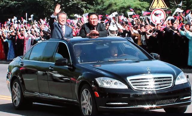 [SUMMIT] Moon and Kim share car parade in Pyongyang