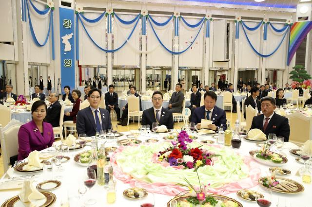朝鲜三池渊乐团长和韩国财界大佬同框