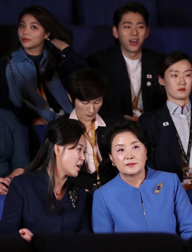 韩朝第一夫人亲切交谈 后排Zico抢镜