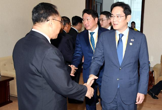 [SUMMIT] Samsungs virtual head grabs attention at talks with N. Korean officials