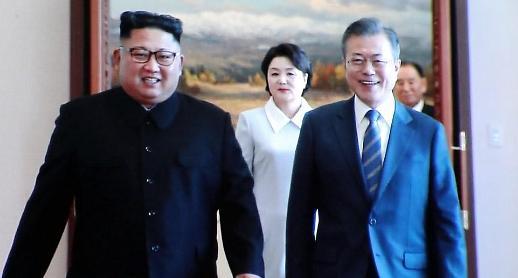 문재인-김정은, 정상회담 합의서에 서명