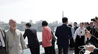 [포토/평양 남북정상회담] 이재용 사진찍는 최태원