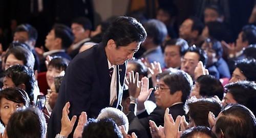 최장수 총리된 아베, 경기부양·개헌은 판박이