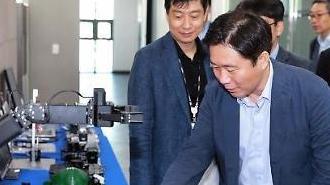 """성윤모 산업부 장관, 취임 첫 행보는 로봇기업 방문…""""혁신성장 지원"""""""
