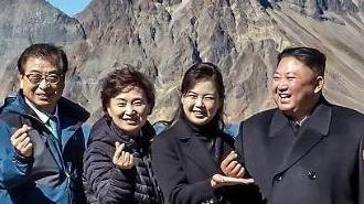 김정은 손하트 백두산 천지에 떴다…리설주 여사 센스 손받침 '착'