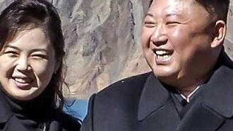 [포토] 김정은 손가락 하트