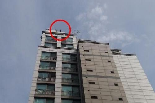 20층 주상복합 건물 옥상서 난동 부리던 40대 남성 5m 아래로 추락