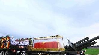 Hình ảnh cỗ linh xa đưa linh cữu Chủ tịch nước Trần Đại Quang về với quê hương