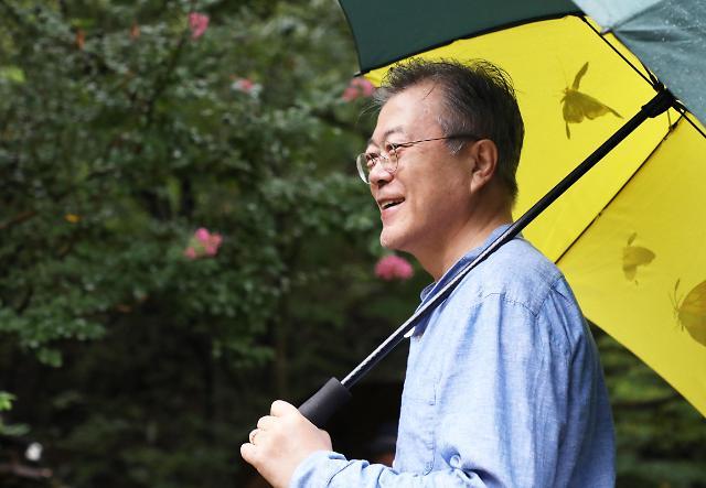 韩总统文在寅休假雨中漫步山间