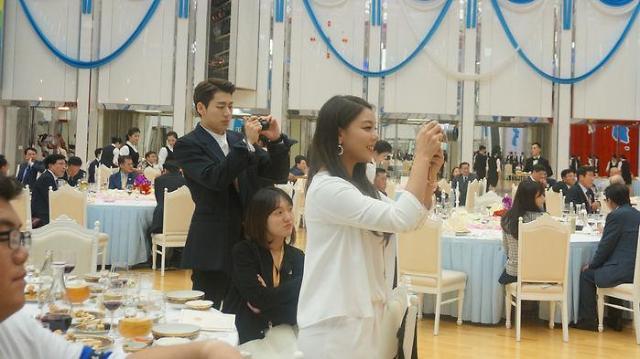 平壤韩朝首脑会谈幕后照大放送 Zico和文在寅总统比V拍照
