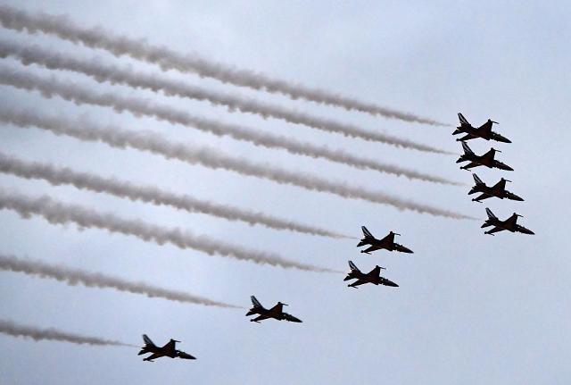 韩国建军70周年活动取消阅兵 飞行表演和艺人演出吸引眼球
