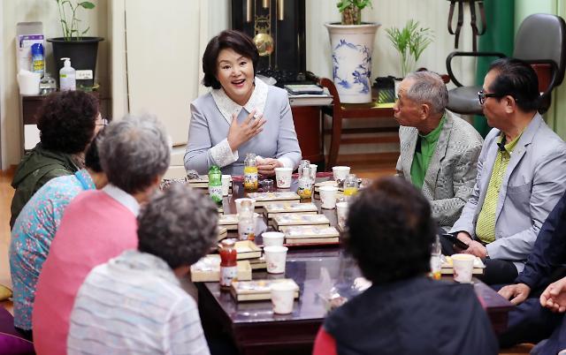 韩第一夫人走访敬老院
