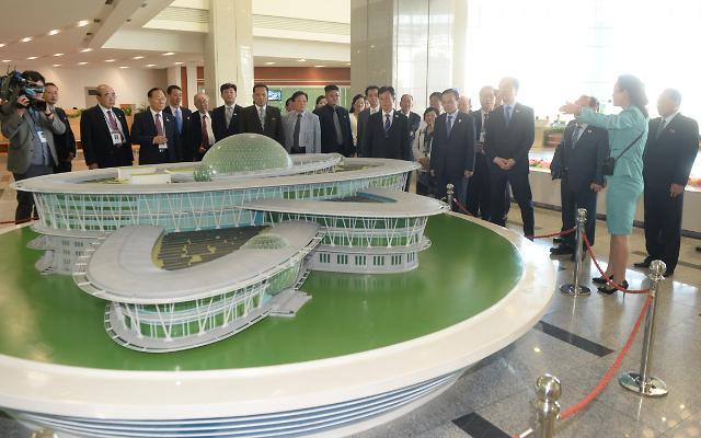 韩官民代表团参观平壤科技殿堂
