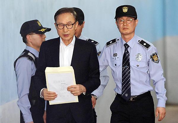 <简讯>前总统李明博一审获刑15年
