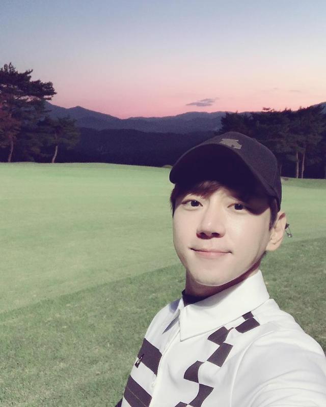 优质偶像黄致列爱上了打高尔夫
