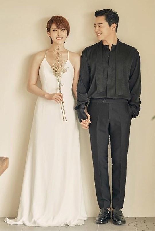 曹政奭Gummy恋爱五年修成正果 结婚照公开