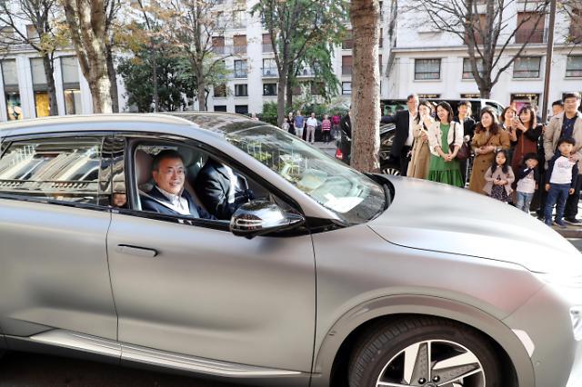 文在寅坐韩产环保车游巴黎