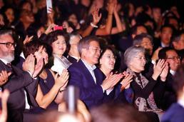 .文在寅观看韩法友谊演唱会 BTS登台助兴.