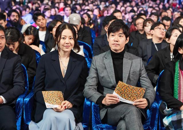 高贤廷刘俊相现身釜山影展闭幕式