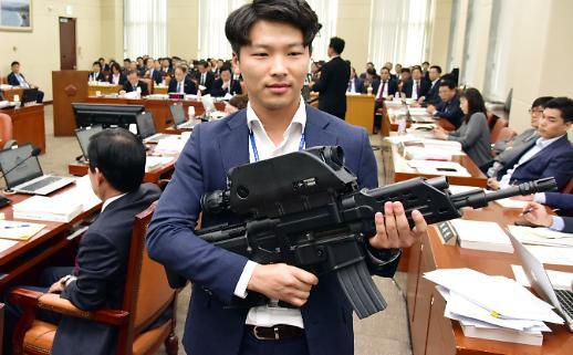 [포토] 국회에 등장한 자동소총