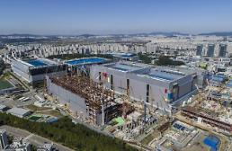 .Samsung starts production of 7-nanometer chip for next-generation smart devices.