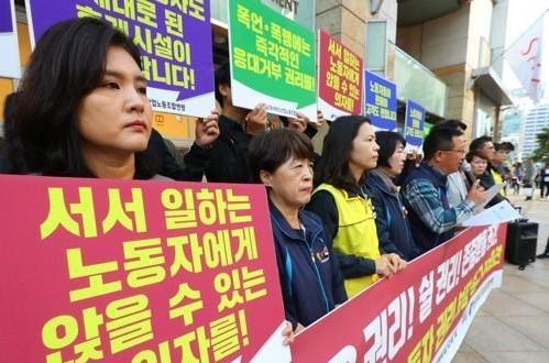 在韩免税店做销售员也不容易 平均128人用一个卫生间蹲位