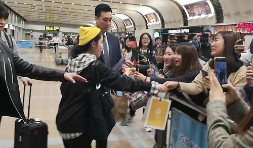 韩星IU访华获粉丝热情迎接