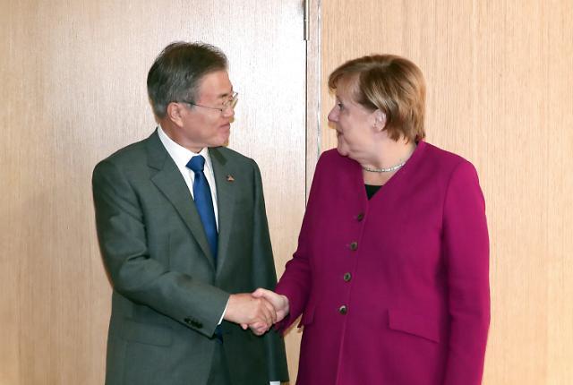 """문 대통령 """"비핵화 견인책 필요""""…영국·독일 총리 공감 의사 표시"""