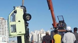 [포토] 바다에서 건진 트럭