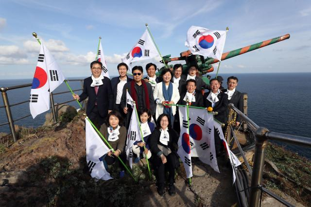 韩国会议员们集体登独岛宣示主权