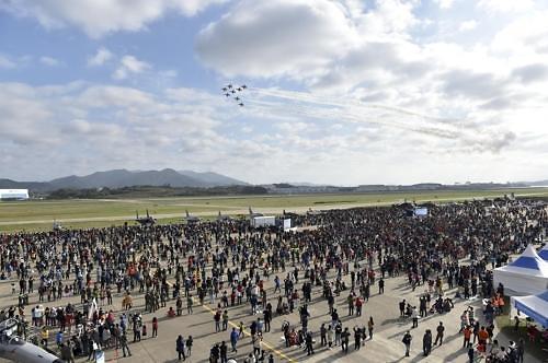 韩空军将办飞行秀 黑鹰队助阵