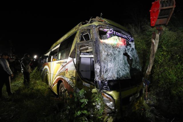 고속버스 추락, 화물차서 떨어진 낙하물 피하려다 참변… 누리꾼 과적·적재불량이 문제?