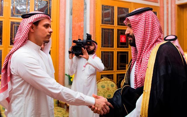 """사우디 왕세자, 카슈끄지 아들 불러 위로…""""잔인한 악수"""" 비판 쇄도"""