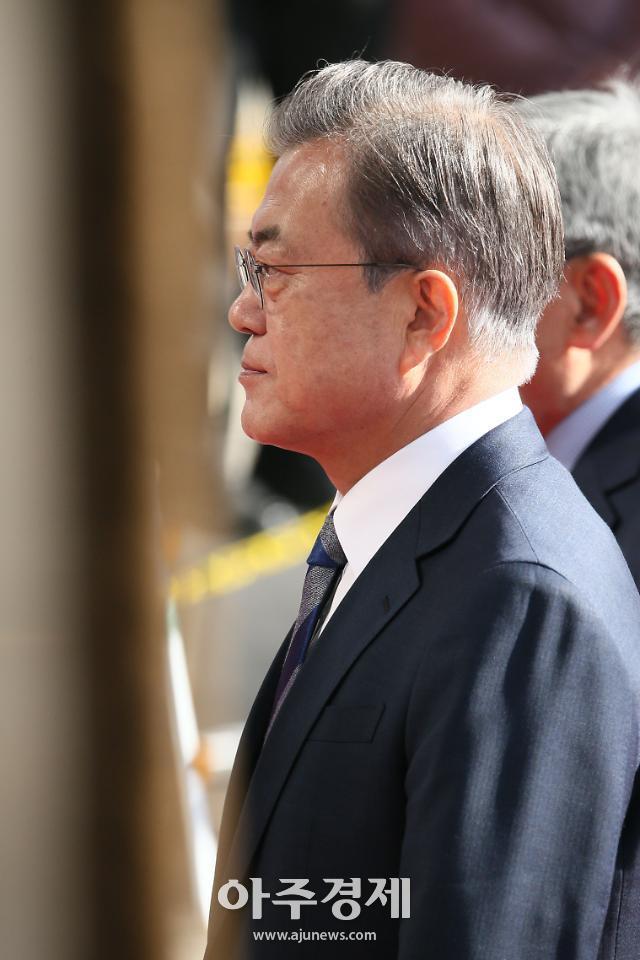 [포토] 다소 굳은 표정으로 입장하는 문재인 대통령