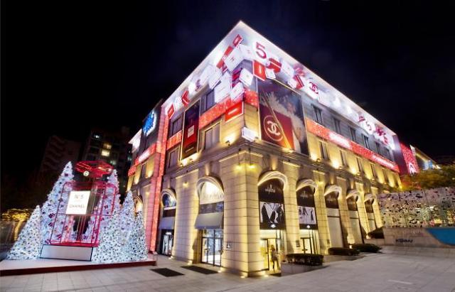 冬季亮丽的风景线!韩大型百货店设置大型圣诞树
