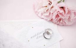 """.婚姻是必需品吗?过半韩国人认为""""不是""""."""