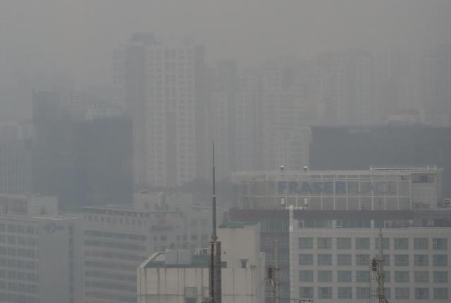 重度雾霾袭击首尔 市区能见度较低